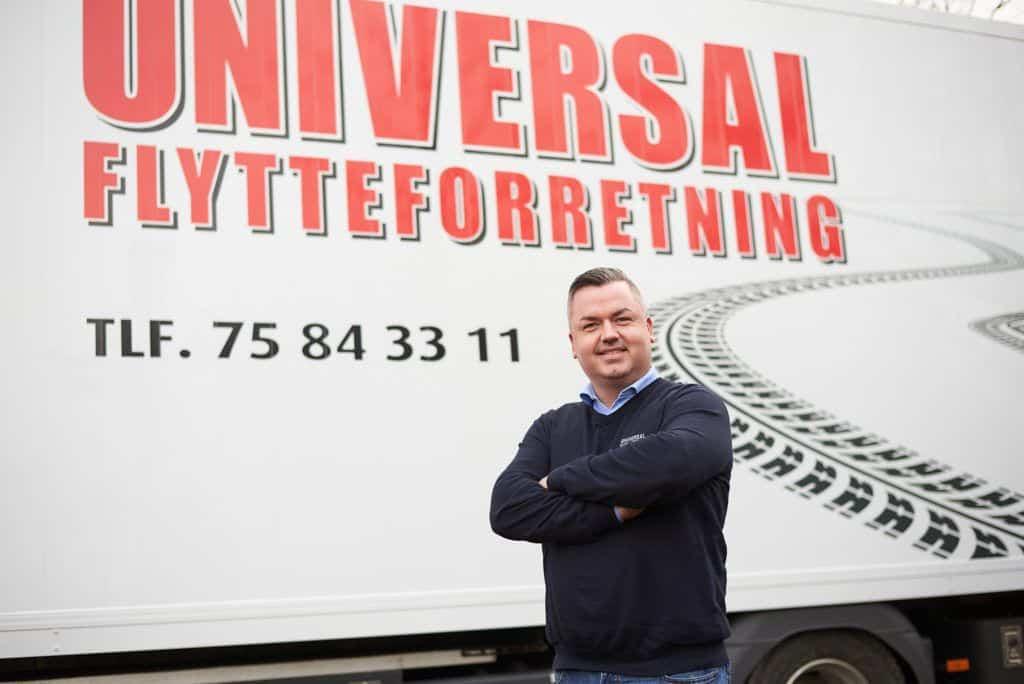 brian poserer foran lastbil fra universal flytteforretning